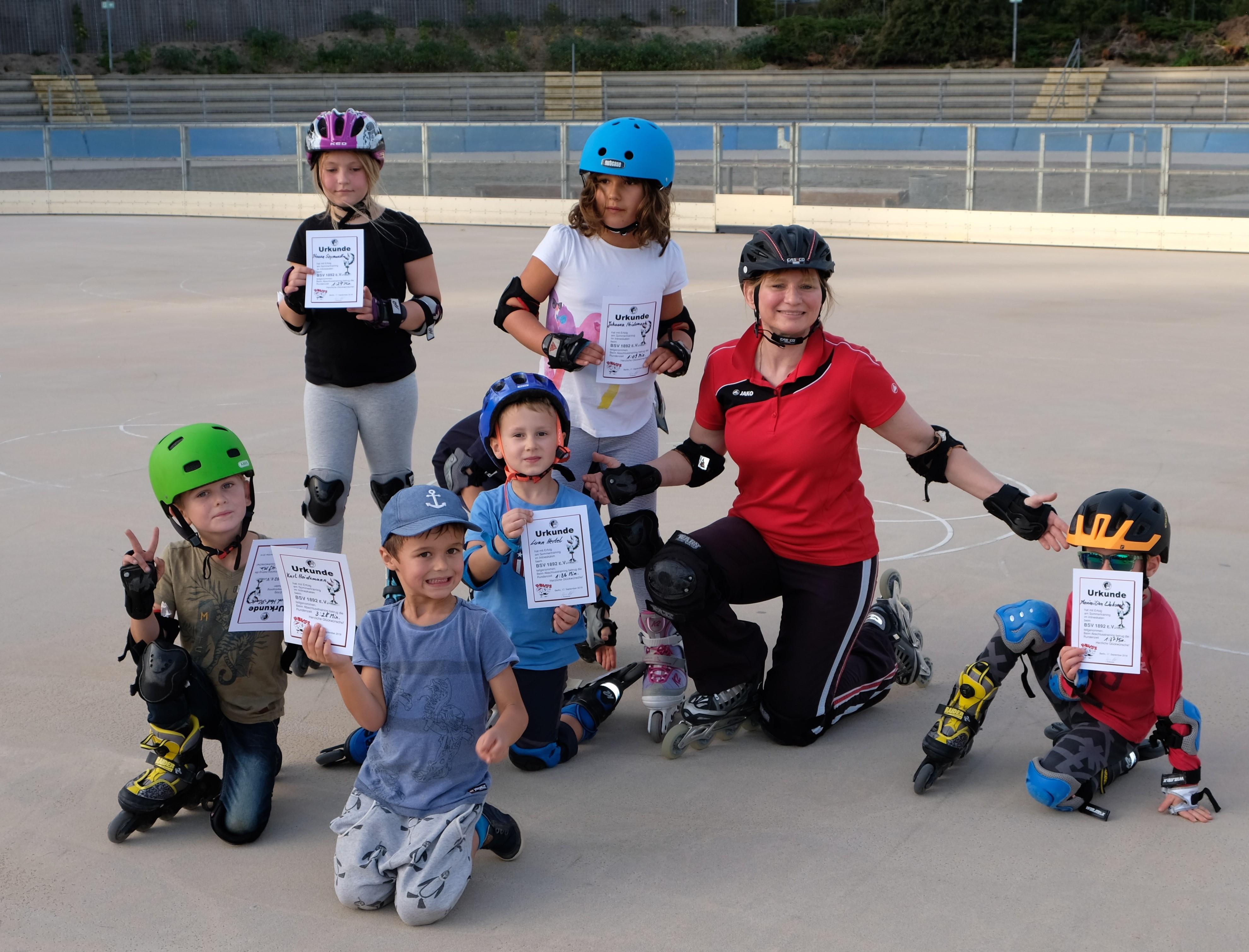 Gruppenbild von stolzen Kindern mit Urkunden und Trainerin Nicole